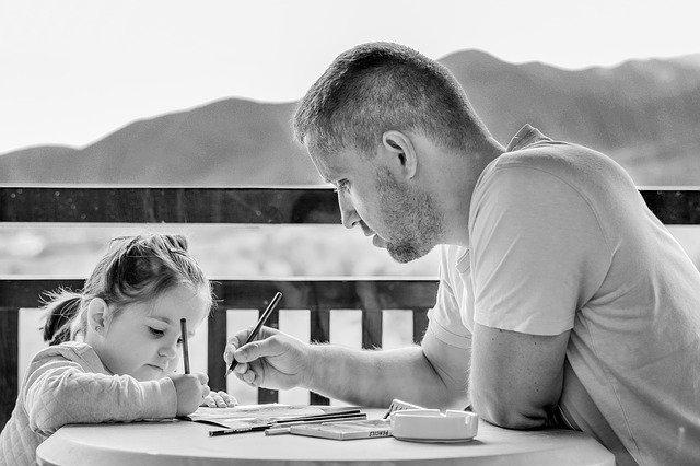 Un père enseigne à sa fille